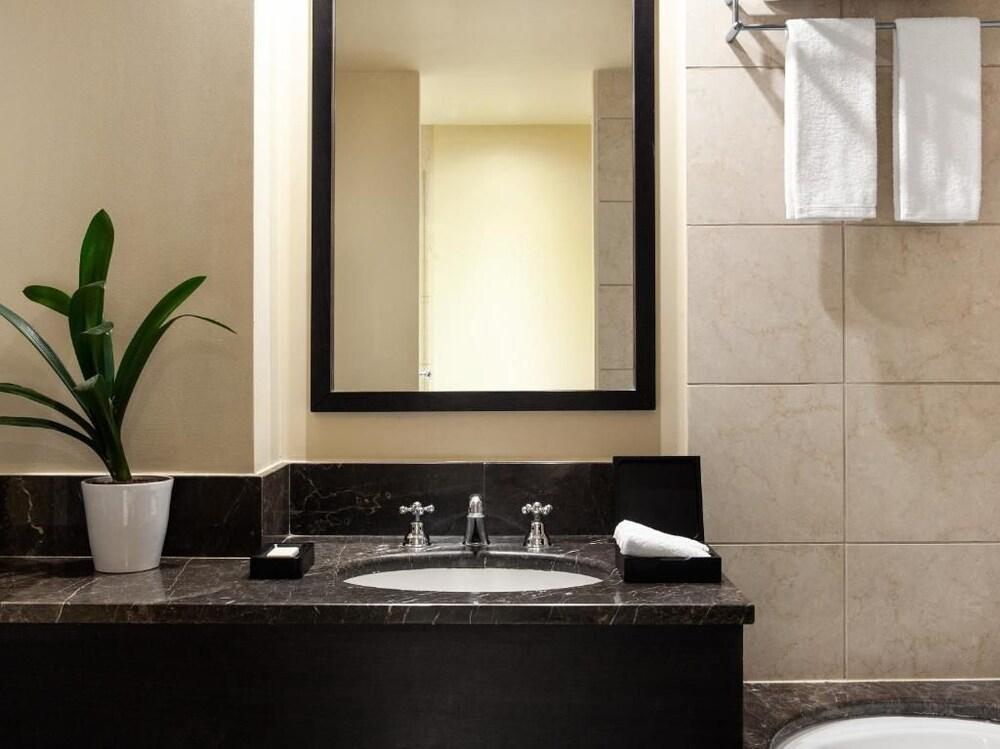 https://i.travelapi.com/hotels/2000000/1110000/1107900/1107812/67ed4935_z.jpg