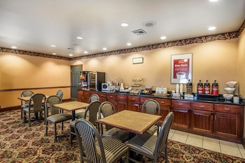 Marianna Vacations - Econo Lodge Inn and Suites - Property Image 1