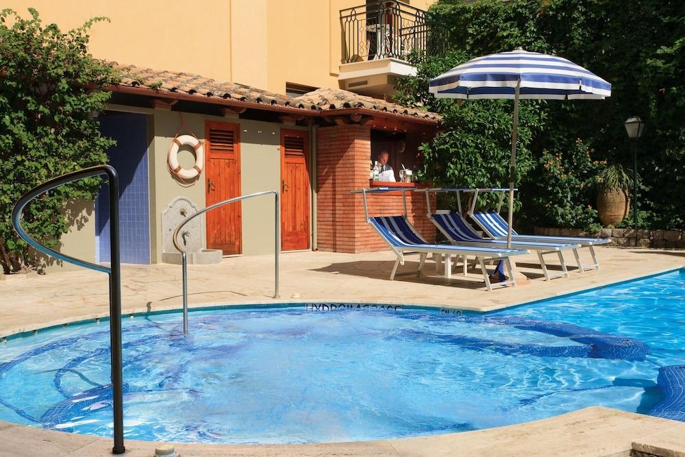 그랜드 호텔 드 라 빌르(Grand Hotel De La Ville) Hotel Image 23 - Outdoor Spa Tub