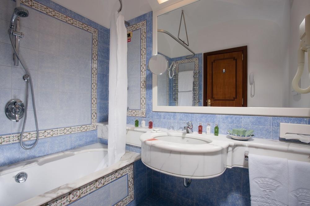 그랜드 호텔 드 라 빌르(Grand Hotel De La Ville) Hotel Image 17 - Bathroom