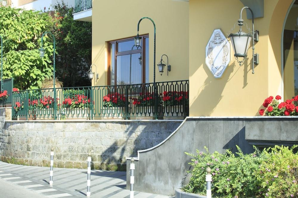 그랜드 호텔 드 라 빌르(Grand Hotel De La Ville) Hotel Image 43 - Exterior detail