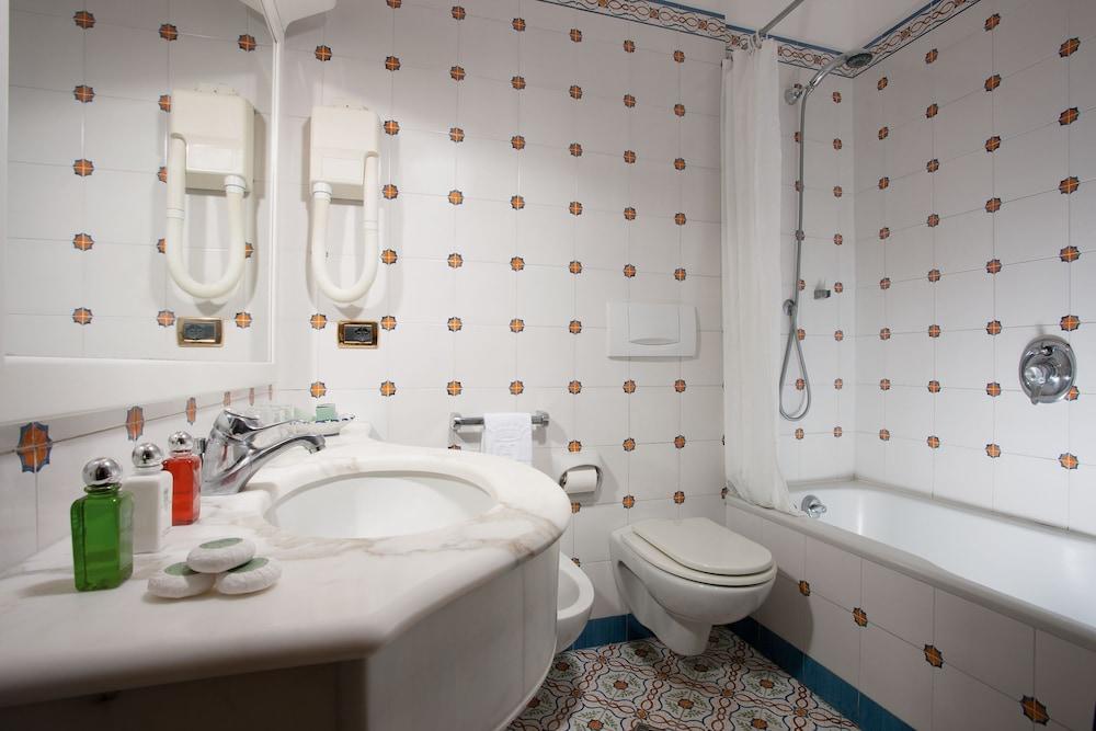 그랜드 호텔 드 라 빌르(Grand Hotel De La Ville) Hotel Image 18 - Bathroom