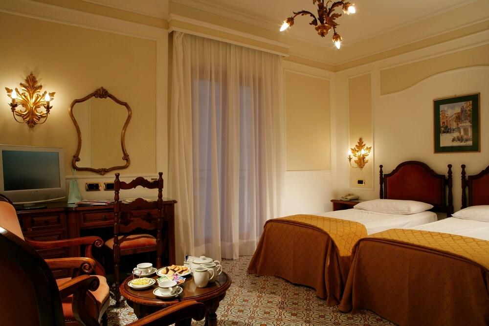 그랜드 호텔 드 라 빌르(Grand Hotel De La Ville) Hotel Image 11 - Guestroom