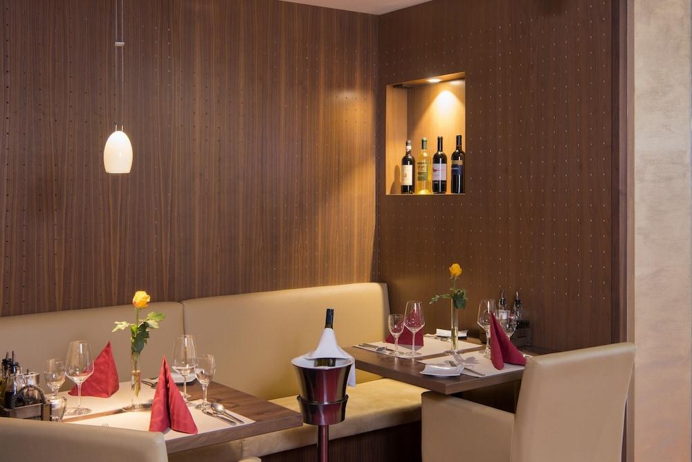 모멘텀 호텔(Momentum Hotel) Hotel Image 50 - Couples Dining