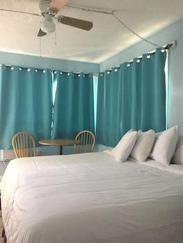 Standard Room, 1 Queen Bed, Private Bathroom, Beachside