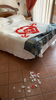 Romantic Suite, 1 Double Bed, Kitchenette, Garden View