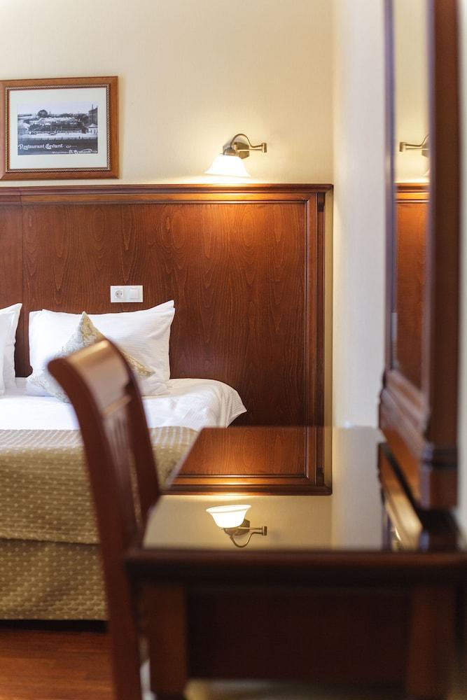 https://i.travelapi.com/hotels/2000000/1150000/1149300/1149297/24b829f0_z.jpg