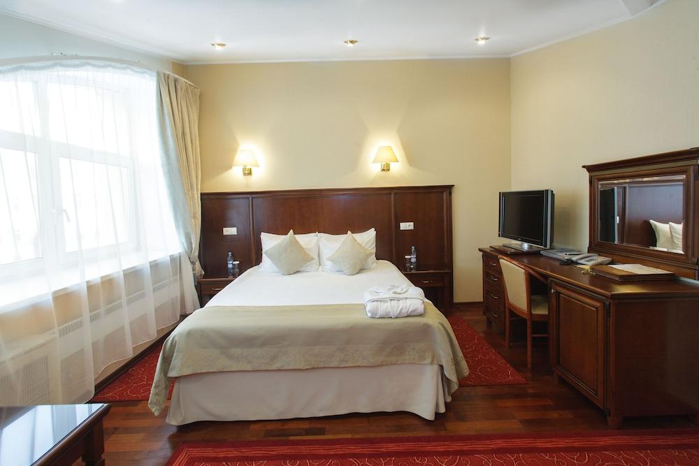 https://i.travelapi.com/hotels/2000000/1150000/1149300/1149297/475683c1_z.jpg