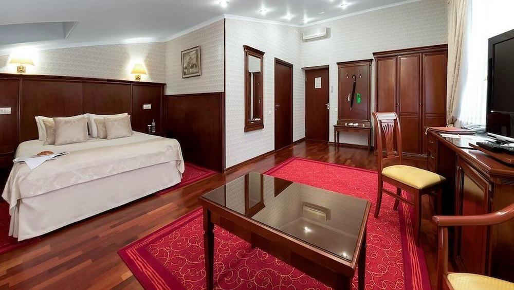 https://i.travelapi.com/hotels/2000000/1150000/1149300/1149297/681dc224_z.jpg