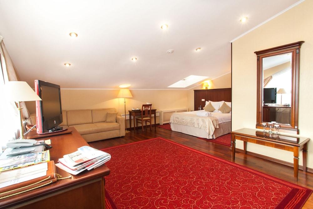 https://i.travelapi.com/hotels/2000000/1150000/1149300/1149297/7476a480_z.jpg