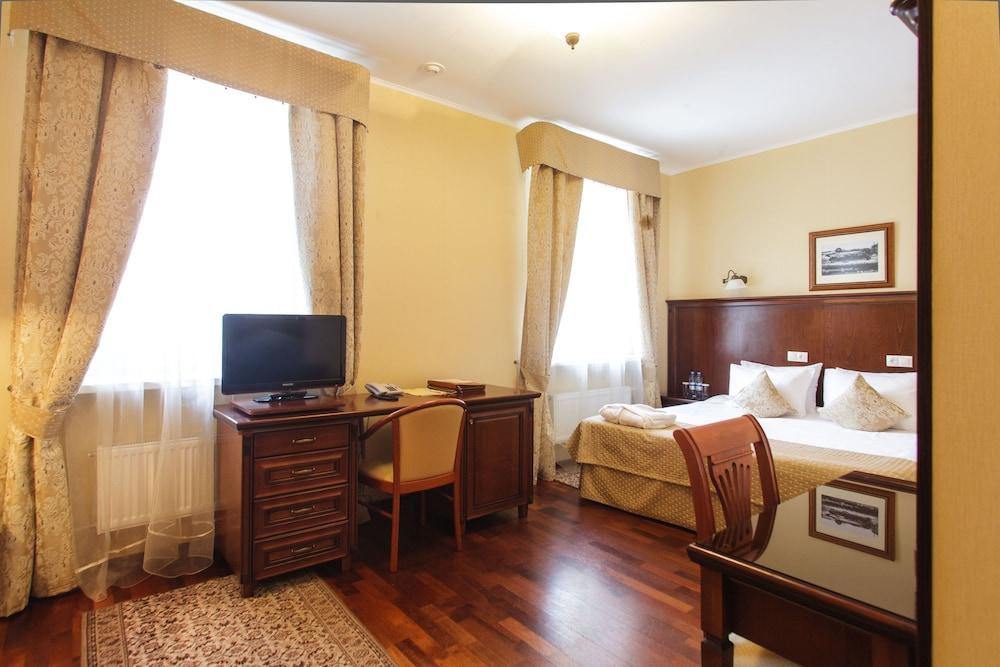 https://i.travelapi.com/hotels/2000000/1150000/1149300/1149297/9b47793c_z.jpg