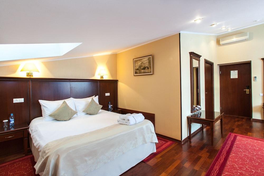 https://i.travelapi.com/hotels/2000000/1150000/1149300/1149297/e62fb4ee_z.jpg