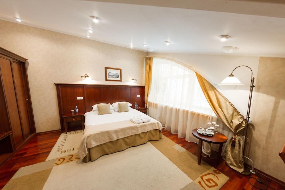 https://i.travelapi.com/hotels/2000000/1150000/1149300/1149297/e9ada15a_z.jpg