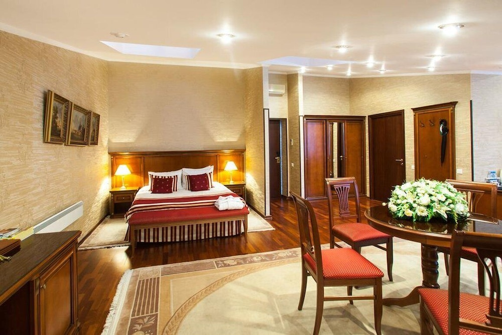 https://i.travelapi.com/hotels/2000000/1150000/1149300/1149297/eef6bab3_z.jpg