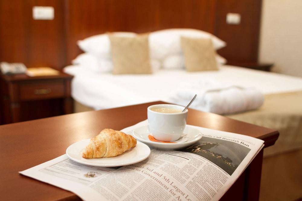 https://i.travelapi.com/hotels/2000000/1150000/1149300/1149297/f25e1b22_z.jpg