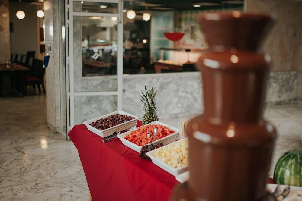 세르바투 푸에르도 아술 - 올 인클루시브(Servatur Puerto Azul - All Inclusive) Hotel Image 80 - Buffet
