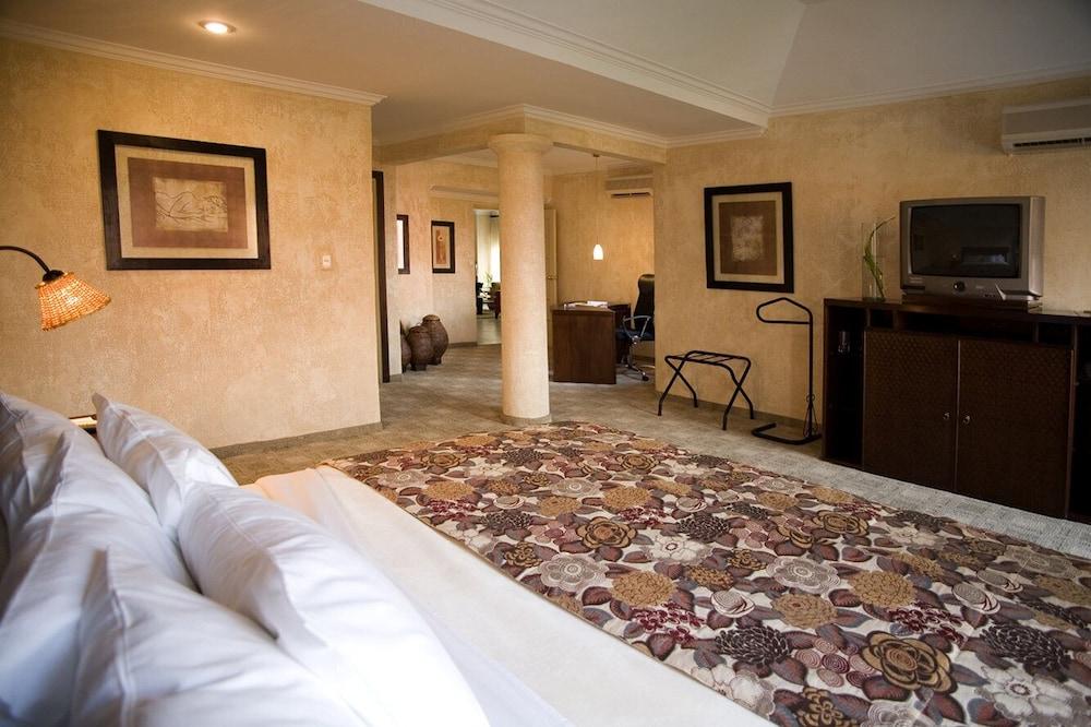 https://i.travelapi.com/hotels/2000000/1160000/1156100/1156088/37e2a3df_z.jpg