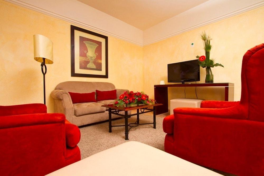 https://i.travelapi.com/hotels/2000000/1160000/1156100/1156088/8361b363_z.jpg