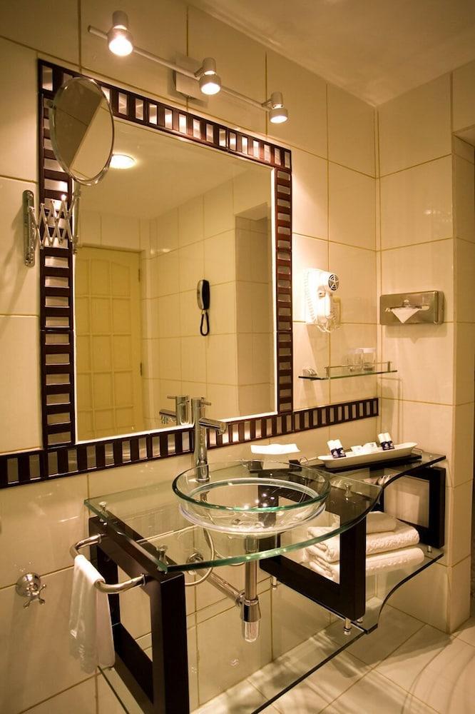 https://i.travelapi.com/hotels/2000000/1160000/1156100/1156088/ab50e5c6_z.jpg