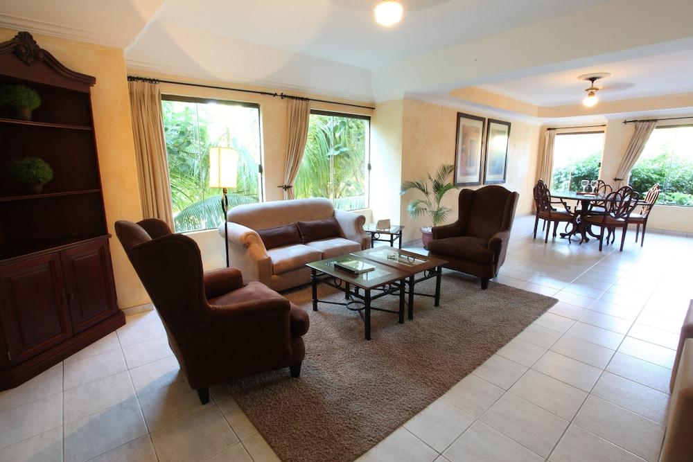 https://i.travelapi.com/hotels/2000000/1160000/1156100/1156088/c5aff85a_z.jpg
