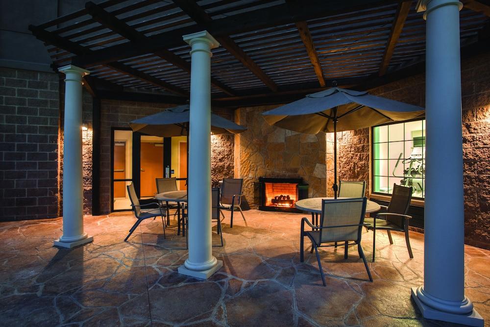 홀리데이 인 익스프레스 호텔 앤드 스위트 로턴-포트실(Holiday Inn Express Hotel & Suites Lawton-Fort Sill) Hotel Image 4 - Pool