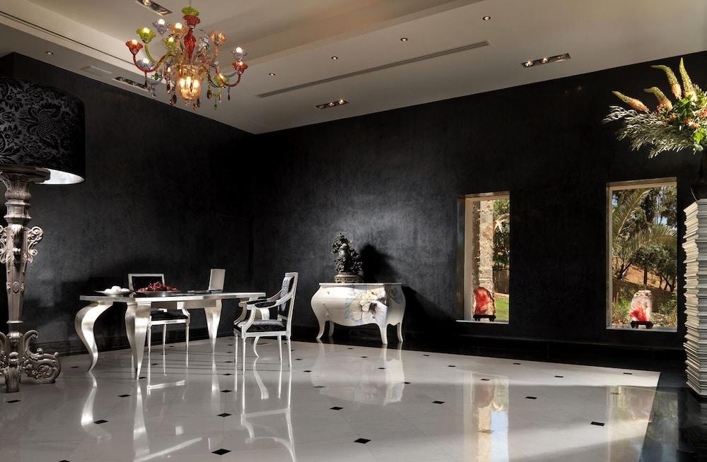 https://i.travelapi.com/hotels/2000000/1170000/1164100/1164026/2a79c033_z.jpg