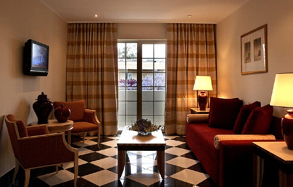 https://i.travelapi.com/hotels/2000000/1170000/1164100/1164026/f355515d_z.jpg