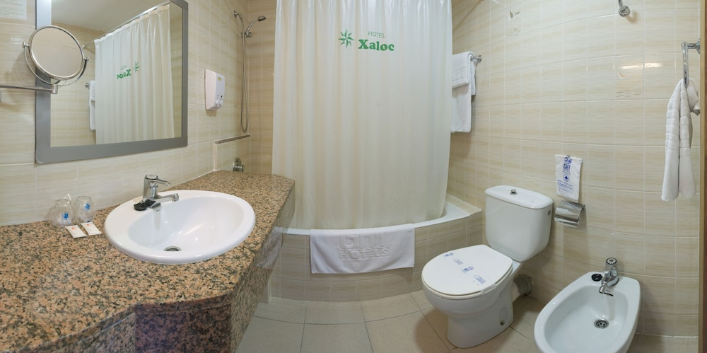 https://i.travelapi.com/hotels/2000000/1170000/1165500/1165488/3b1797b4_z.jpg