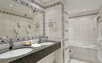 Le Grand Hôtel & Spa et son Chalet - Bathroom  - #0