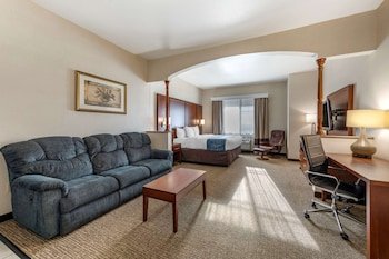 Suitem 1 King Bed with Recliner and Wet Bar