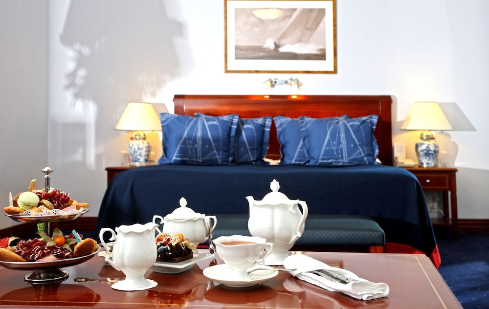 https://i.travelapi.com/hotels/2000000/1180000/1178600/1178552/2f8c4ea2_z.jpg