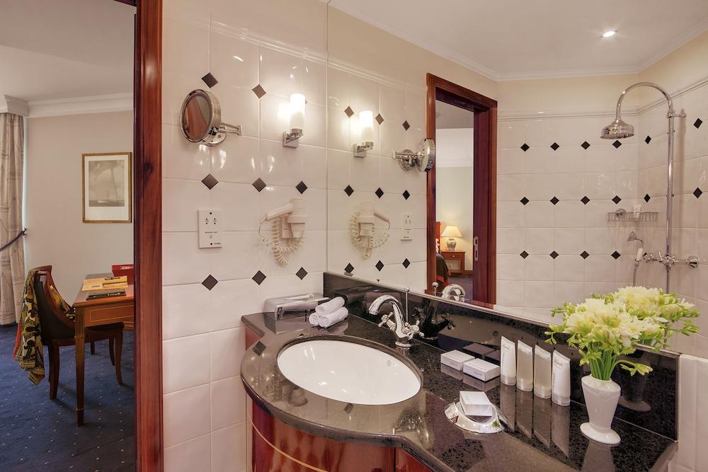 https://i.travelapi.com/hotels/2000000/1180000/1178600/1178552/865a67ec_z.jpg