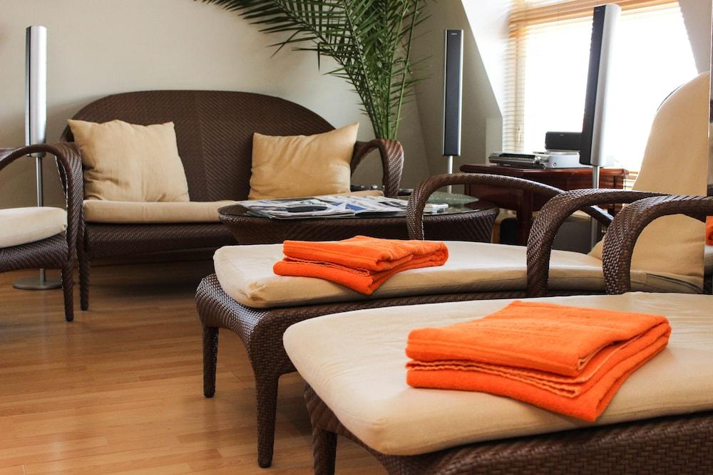 https://i.travelapi.com/hotels/2000000/1180000/1178600/1178552/c39b6208_z.jpg