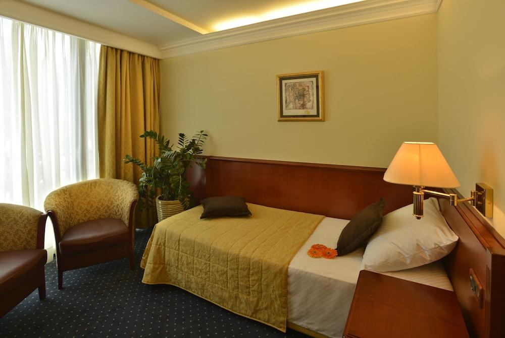 그랜드 호텔 아드리아틱 I(Grand Hotel Adriatic I) Hotel Image 13 - Guestroom
