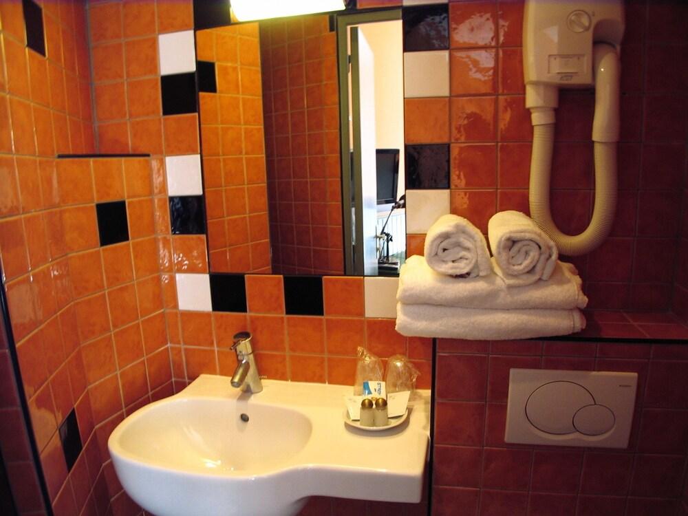호텔 몬테 카를로(Hôtel Monte Carlo) Hotel Image 43 - Bathroom