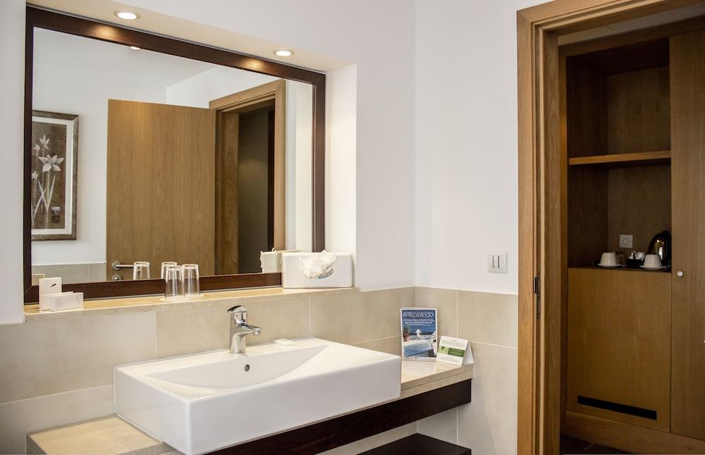 센시마르 사보이 가든스(Sensimar Savoy Gardens) Hotel Image 17 - Bathroom