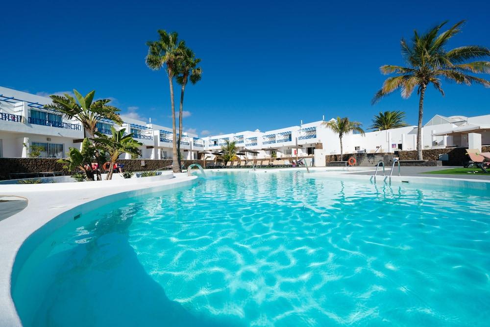Disfruta de increíbles playas en Lanzarote desde Oviedo