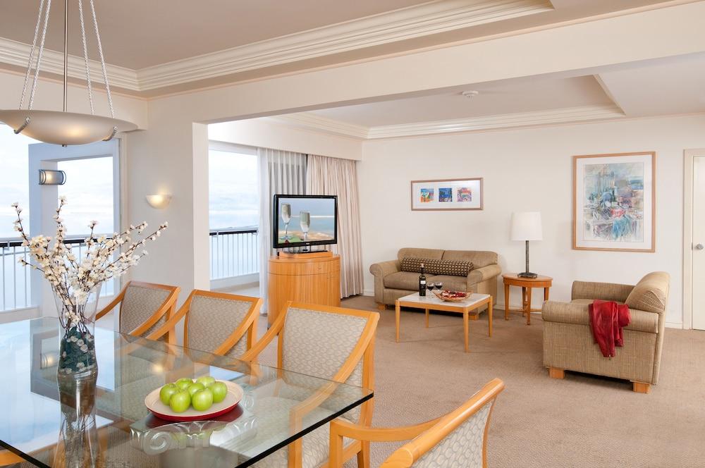 https://i.travelapi.com/hotels/2000000/1210000/1209000/1208917/da1fa4b1_z.jpg
