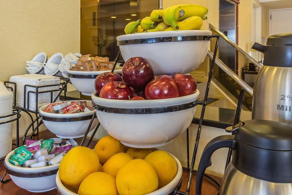 컴포트 인 & 스위트 라과디어 에어포트(Comfort Inn & Suites LaGuardia Airport) Hotel Image 38 - Breakfast Area