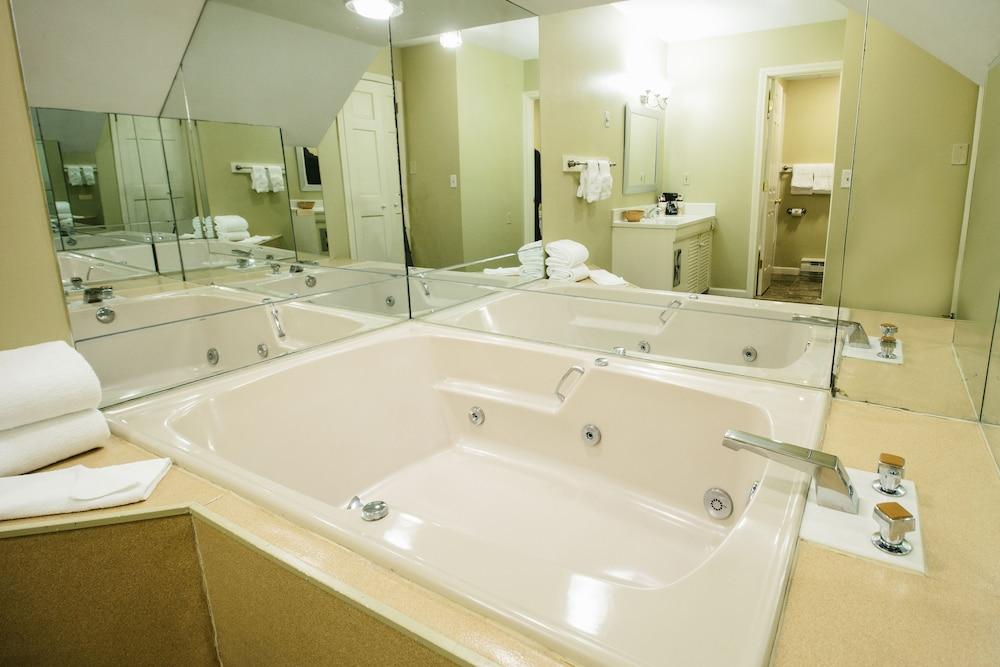 더 인 앳 미스틱(The Inn at Mystic) Hotel Image 30 - Jetted Tub