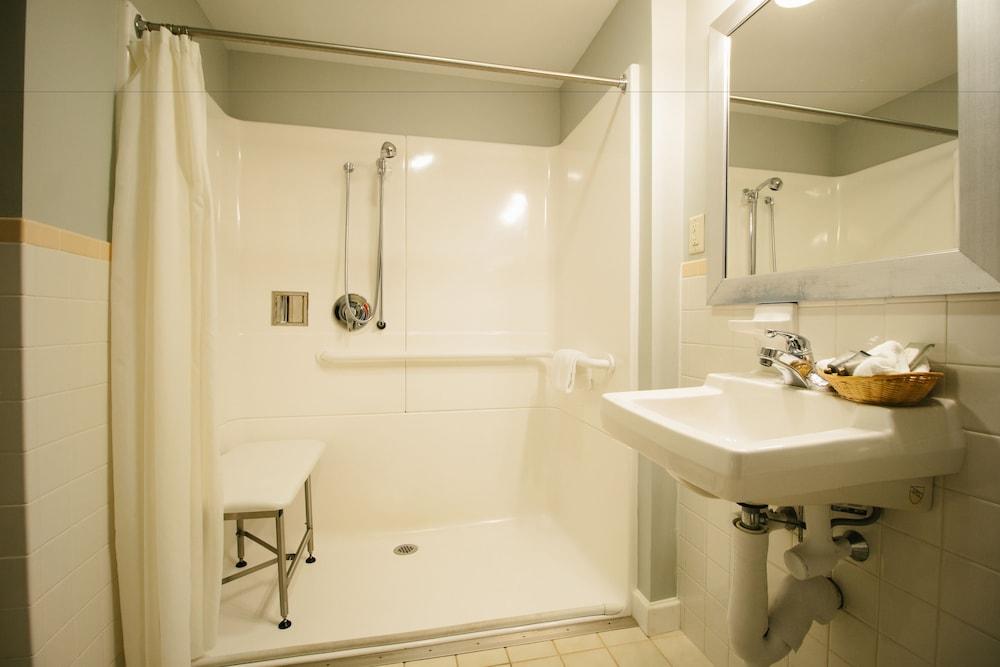 더 인 앳 미스틱(The Inn at Mystic) Hotel Image 27 - Bathroom