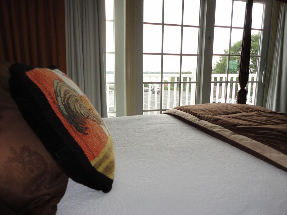더 인 앳 미스틱(The Inn at Mystic) Hotel Image 4 - Guestroom