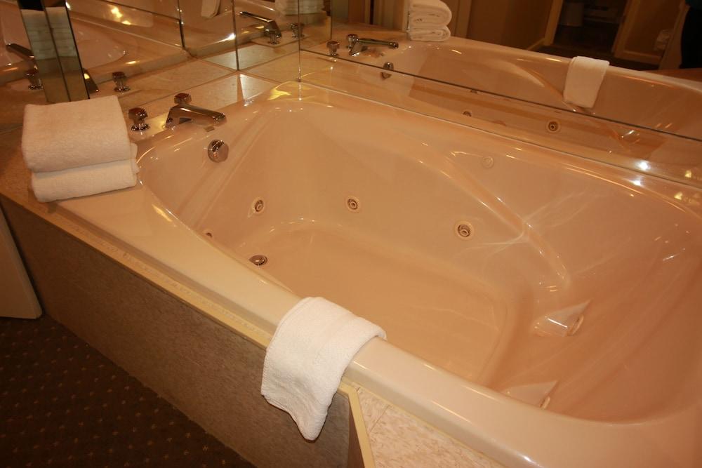 더 인 앳 미스틱(The Inn at Mystic) Hotel Image 13 - Guestroom