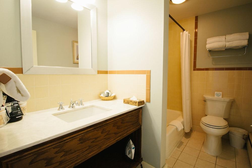 더 인 앳 미스틱(The Inn at Mystic) Hotel Image 56 - Bathroom
