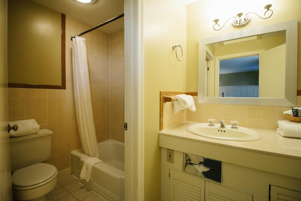 더 인 앳 미스틱(The Inn at Mystic) Hotel Image 29 - Bathroom