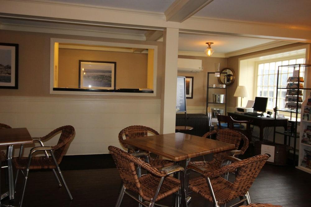 더 인 앳 미스틱(The Inn at Mystic) Hotel Image 2 - Interior Entrance