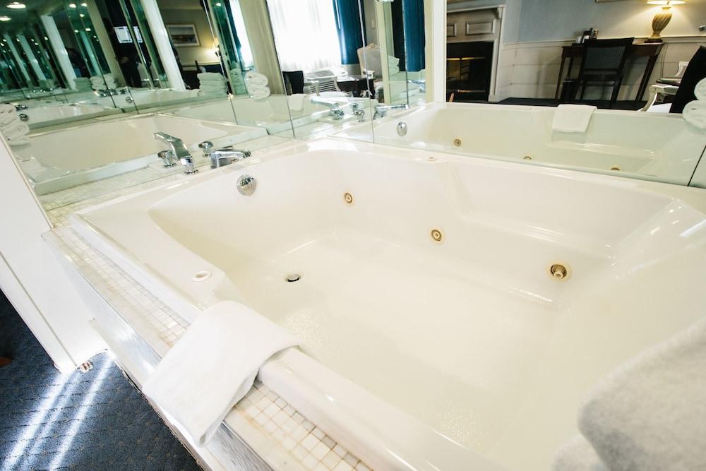 더 인 앳 미스틱(The Inn at Mystic) Hotel Image 31 - Jetted Tub