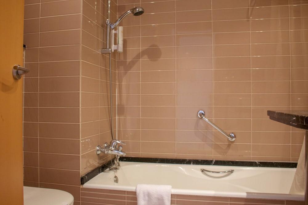 오텔 캄포 데 지브롤터(Ohtels Campo De Gibraltar) Hotel Image 62 - Bathroom
