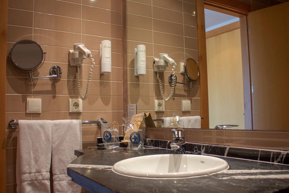 오텔 캄포 데 지브롤터(Ohtels Campo De Gibraltar) Hotel Image 34 - Bathroom Sink