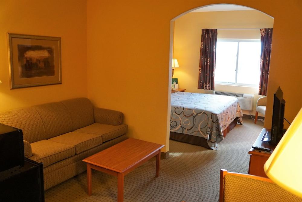수퍼 8 바이 윈덤 토피카 앳 포브스 랜딩(Super 8 by Wyndham Topeka at Forbes Landing) Hotel Image 3 - Guestroom